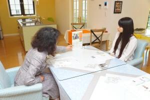 ガーナの女性支援について語る ELE HOUSE代表 山崎恵美子(左)